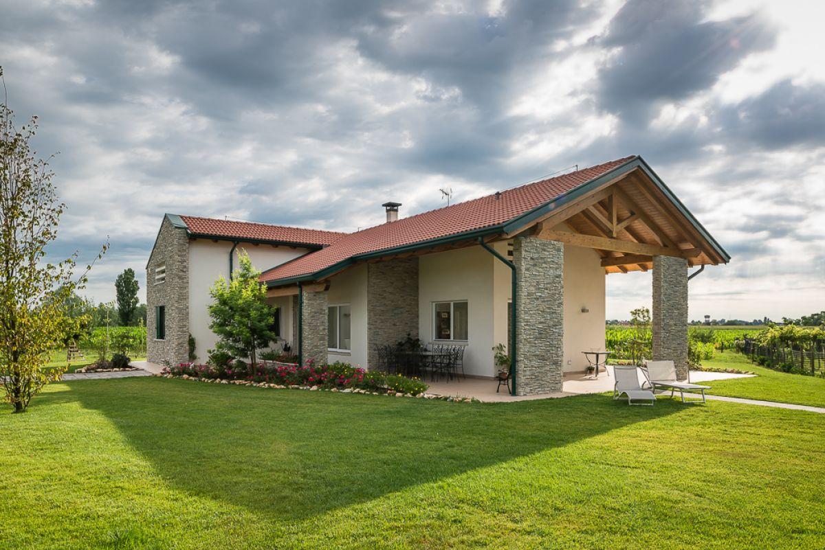 Casa in legno modello una villa immersa nel verde di for Costruttore di case virtuali
