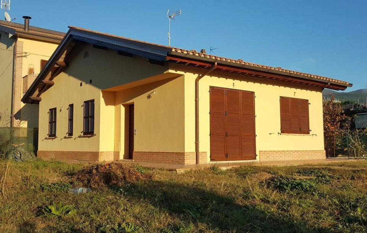 Casa in legno modello villetta da mq 100 in assisi di c e for Catalogo casa