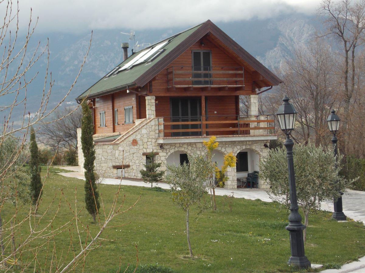 Baita o chalet in legno modello chalet sul lago di wood house for Chalet in legno prefabbricati