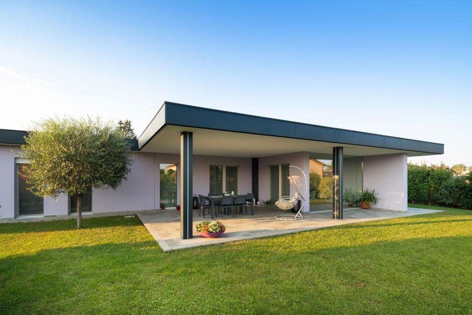 Casa in Legno in stile Moderno: UNA RAFFINATA VILLA IN LEGNO