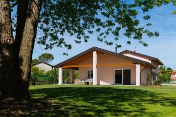 Realizzazione Casa in Legno UN'ELEGANTE VILLA CLASSICA IN LEGNO di Evoluthion