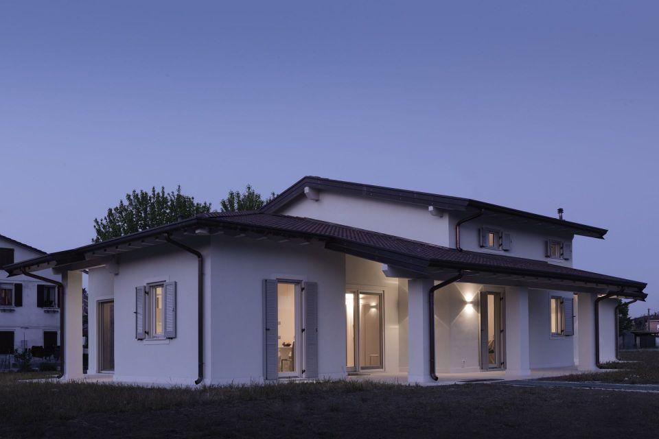 Casa in Legno in stile Classico: VILLA NEW LIFE: la sintesi perfetta tra tradizione e tecnologia del legno.