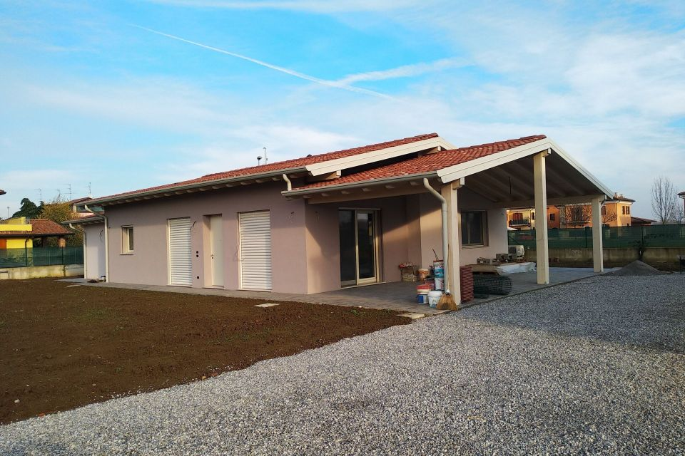 Casa in Legno in stile Moderno: Casa a San Gervasio Bresciano