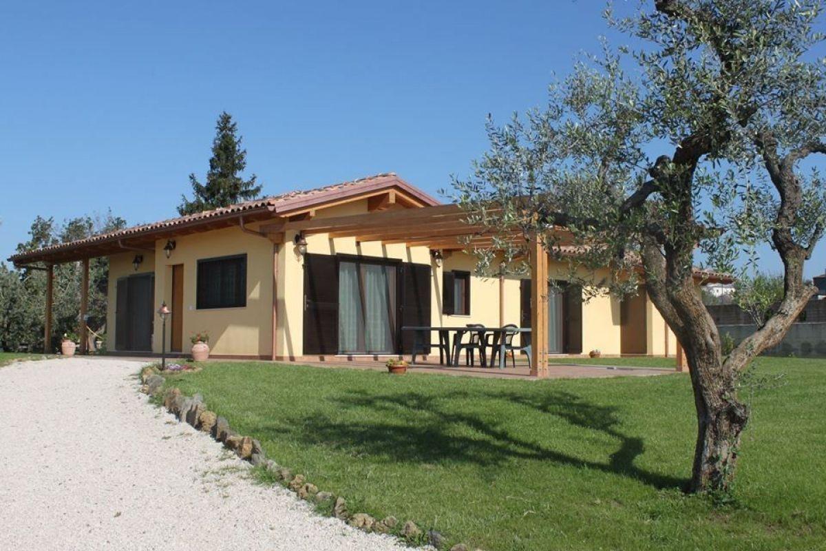 Casa in legno modello casa in legno in stile classico di for Case arredate stile classico