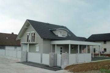 Realizzazione Casa in Legno Casa residenziale con tetti spioventi di RIKO-HISE srl - Arch. Daniele Bonzi