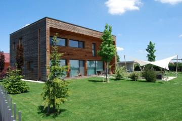Realizzazione Casa in Legno Casa moderna con facciate in legno naturale di RIKO-HISE srl - Arch. Daniele Bonzi